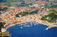 veduta aerea di Porto Azzurro all'isola delba