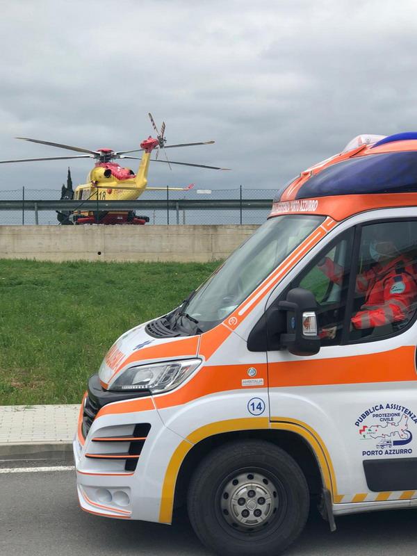 ambulanza della pubblica assistenza porto azzurro